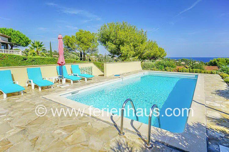 Poolbereich der Villa mit Meerblick und Strandnähe in St. Aygulf, Südfrankreich
