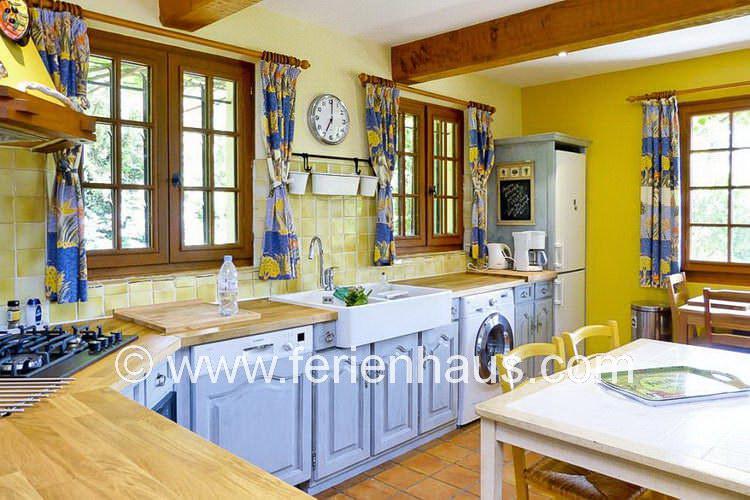 Küche mit Ausgang auf die Terrasse vom Ferienhaus in Südfrankreich