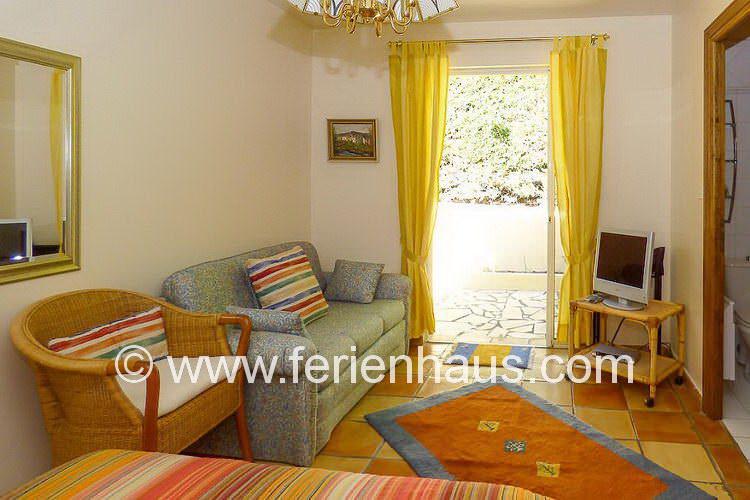 Schlafzimmer mit Bad seitlich des Ferienhauses mit Pool in Südfrankreich
