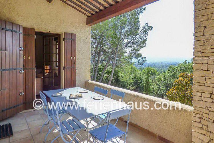 die überdachte Terrasse vor der Küche und dem Wohnraum im Ferienhaus in der Provence