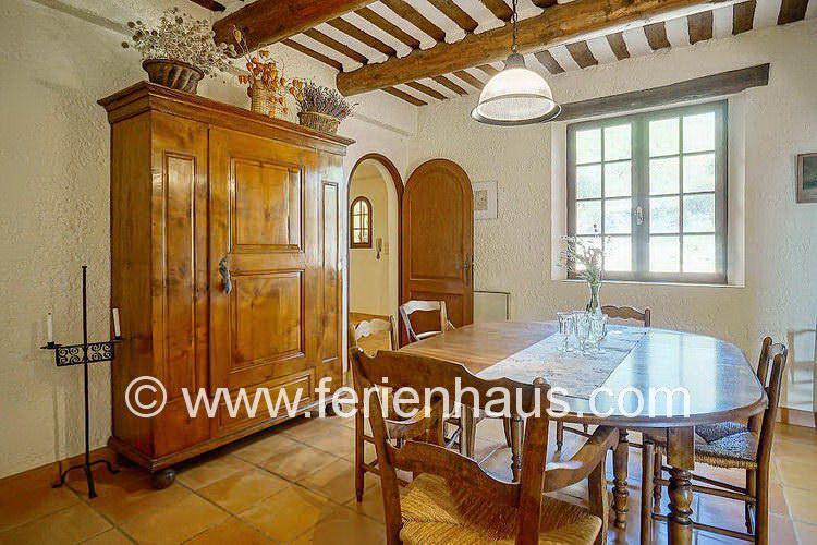 gemütlicher Eßbereich im Ferienhaus mit Pool in der Provence