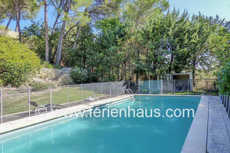 der private Swimmingpool unterhalb des Ferienhauses in der Provence