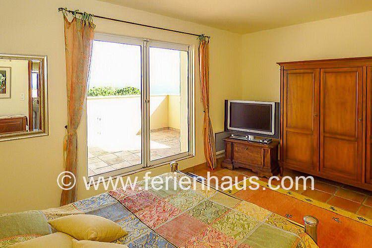 Schlafzimmer mit Balkon und Meerblick und Bad in Villa in Südfrankreich