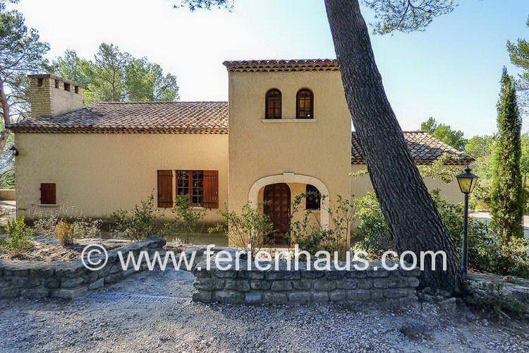 der Eingang zum Ferienhaus mit privatem Pool in Mérindol, Provence