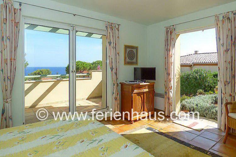 Schlafzimmer mit Meerblick in der Villa mit Pool in Südfrankreich