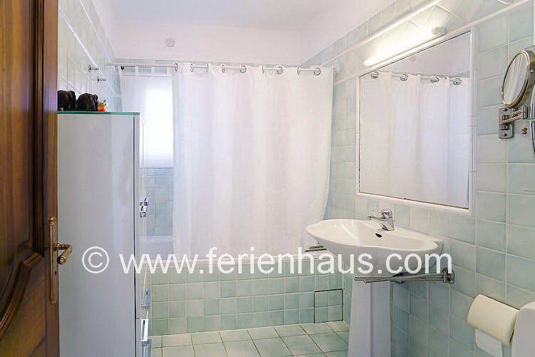 Bad beim Schlafzimmer mit Meerblick, EG, Villa mit Pool in Südfrankreich
