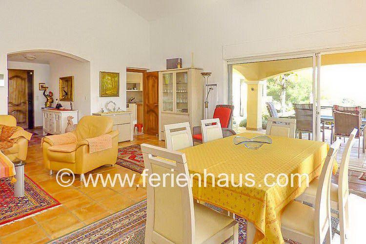 Wohn-Eßbereich mit überdachter Terrasse und Meerblick, Villa in St. Aygulf, Südfrankreich