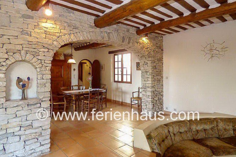 großer Wohn-Eßbereich im Erdgeschoß des Ferienhauses in der Provence