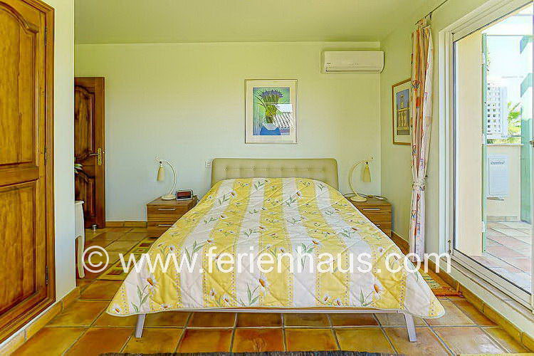 Schlafzimmer mit Bad und Meerblick in der Villa mit Pool in Südfrankreich