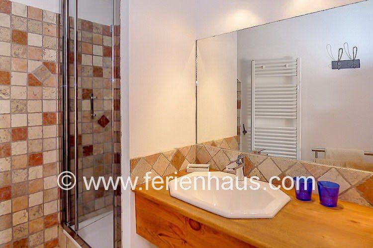 Bad mit Dusche, Waschbecken und Föhn beim Master-Schlafzimmer im Ferienhaus in der Provence