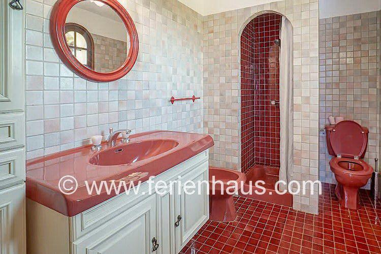 das Bad neben dem Master-Schlafzimmer im Ferienhaus in der Provence