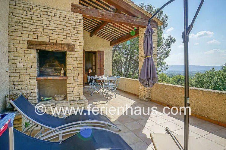 Sonnenliegen am Ferienhaus mit weitem Blick in der Provence