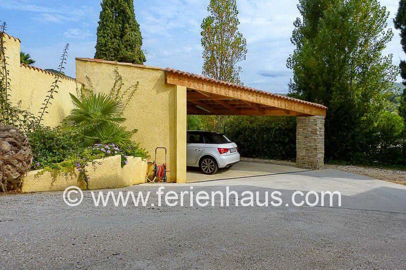 Carport neben der Villa mit privatem Pool in Südfrankreich