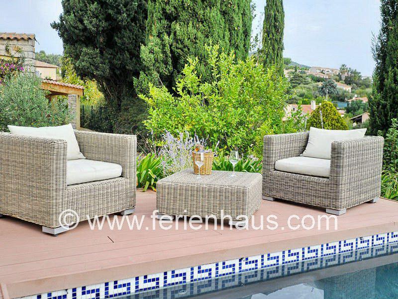Gemütliche Sitzecke am privaten Pool der Villa in Carqueiranne in Südfrankreich