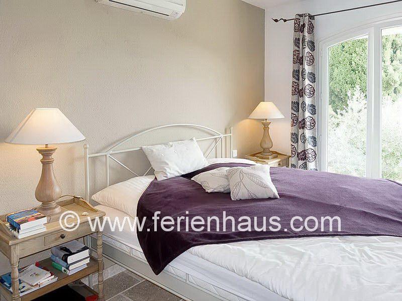Schlafzimmer mit Klimaanlage in der Villa mit privatem Pool in Südfrankreich