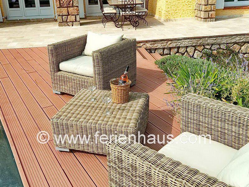gemütliche Sitzecke vor der Villa mit privatem Pool in Südfrankreich