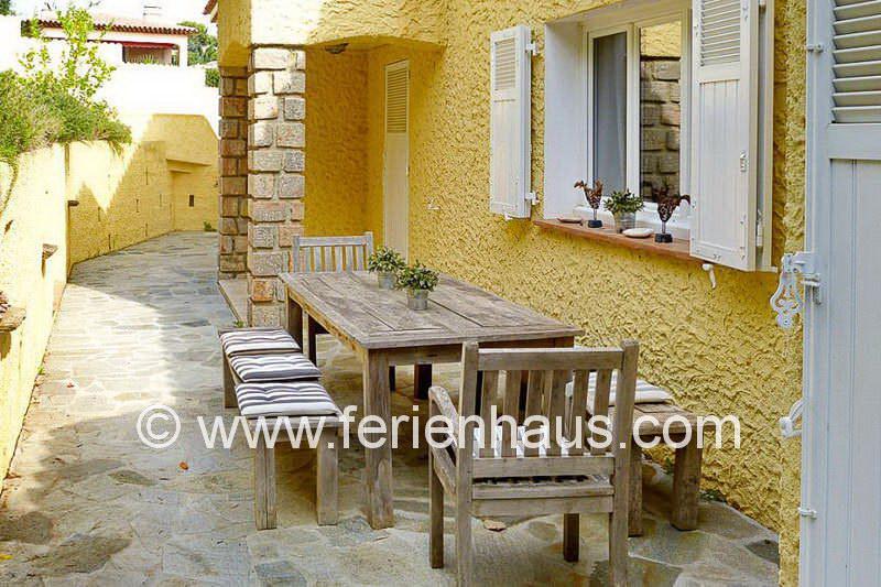 schattige Terrasse hinter der Villa mit privatem Pool in Südfrankreich