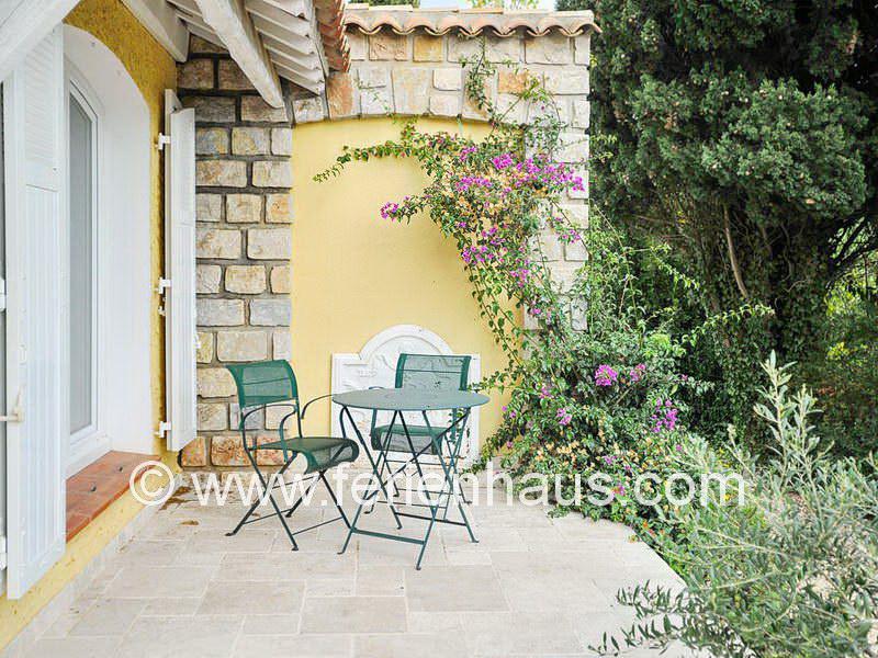 private Terrasse vor einem Schlafzimmer in der Villa mit privatem Pool in Südfrankreich
