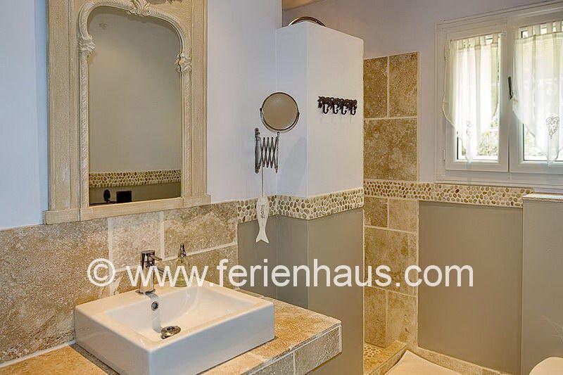 Bad mit Dusche und WC in der Villa mit privatem Pool in Südfrankreich