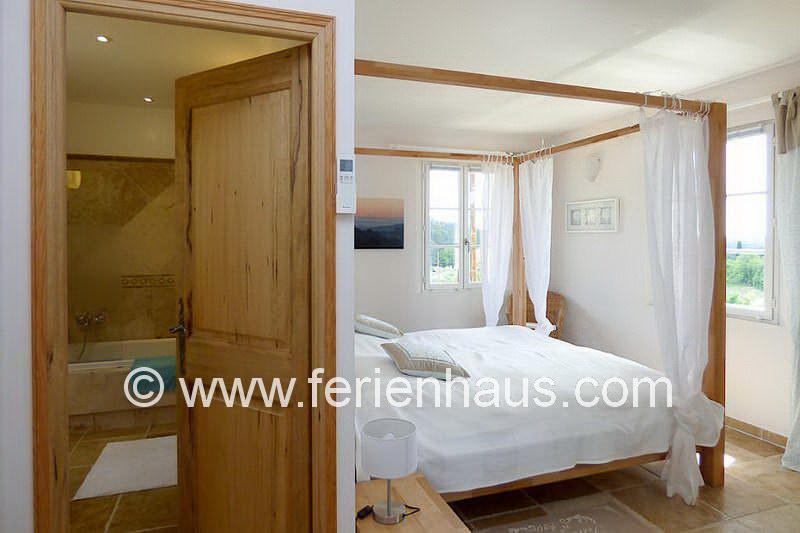 Schlafzimmer im Obergeschoss mit Bad - Ferienhaus PRV113 Lorgues