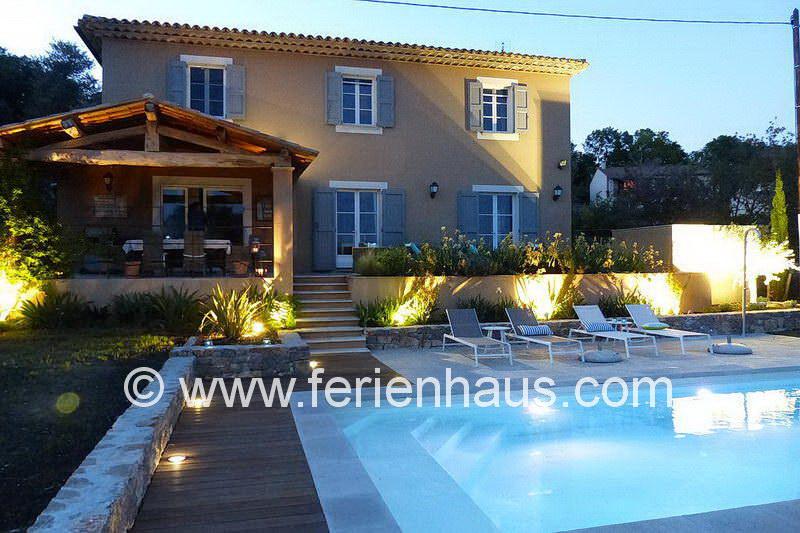 Pool am Ferienhaus PRV113 in Lorgues in der Provence gegen Abend