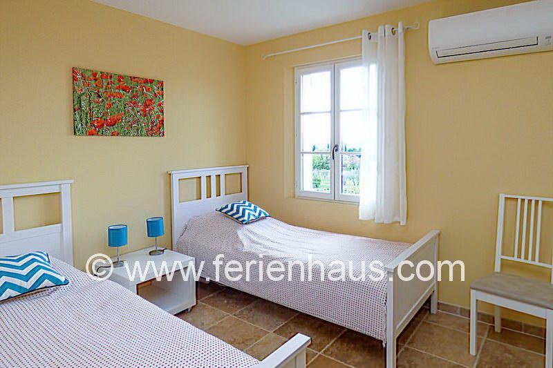Schlafzimmer mit Einzelbetten im Obergeschoss - Ferienhaus PRV113 Lorgues