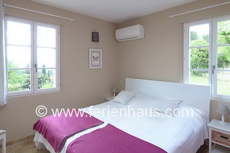 Schlafzimmer mit Doppelbett im Obergeschoss - Ferienhaus PRV113 Lorgues