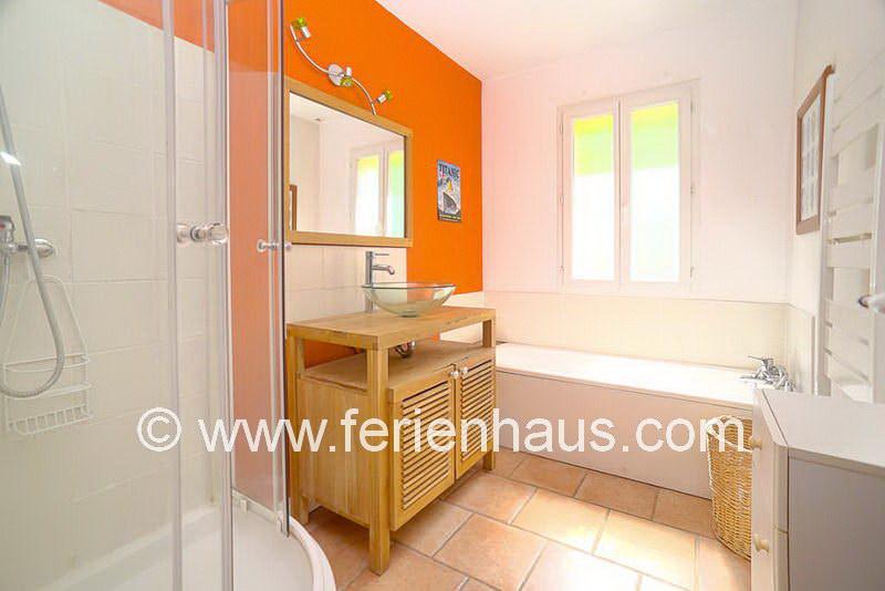 Bad mit Wanne und Dusche im Erdgeschoss - Ferienhaus COT145 in Seillans