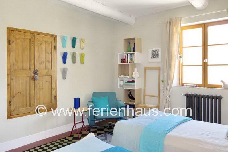 Schlafzimmer mit Einzelbett im Obergeschoss des Ferienhauses