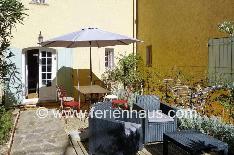Gemütliche Sitzecke auf der Terrasse vor der Ferienwohnung in La Garde-Freinet