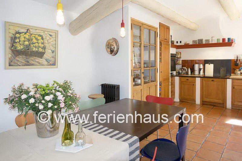 Esstisch in der Wohnküche im Ferienhaus mit Pool in Robion
