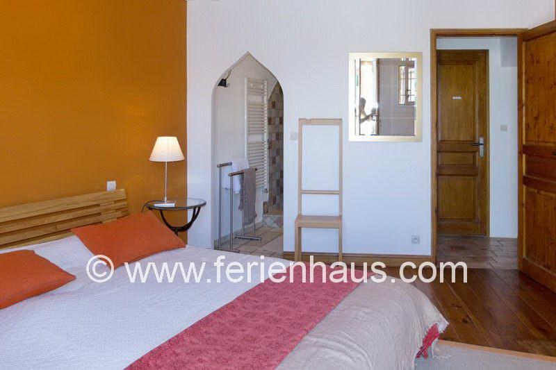 Masterschlafzimmer mit eigenem Bad im Ferienhaus mit Pool in Robion in der Provence