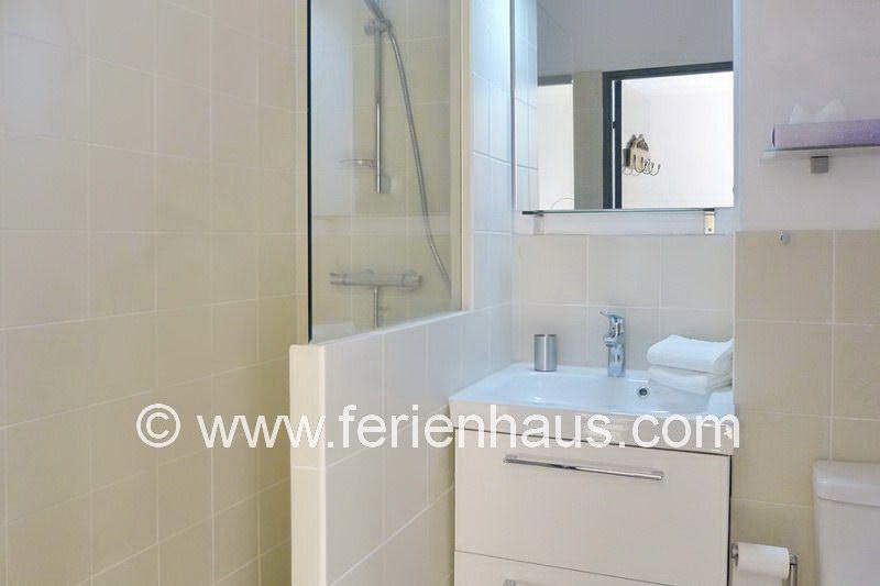 Bad mit Dusche und WC in der Ferienwohnung in La Garde-Freinet