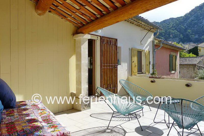 Sonnenterrasse am Ferienhaus mit Pool in Robion in der Provence