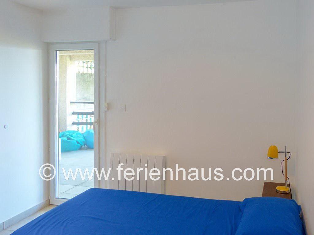 Schlafzimmer mit Einzelbetten und Zugang auf Terrasse