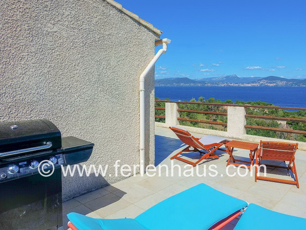 Terrasse mit Meerblick, Liegen und Grill