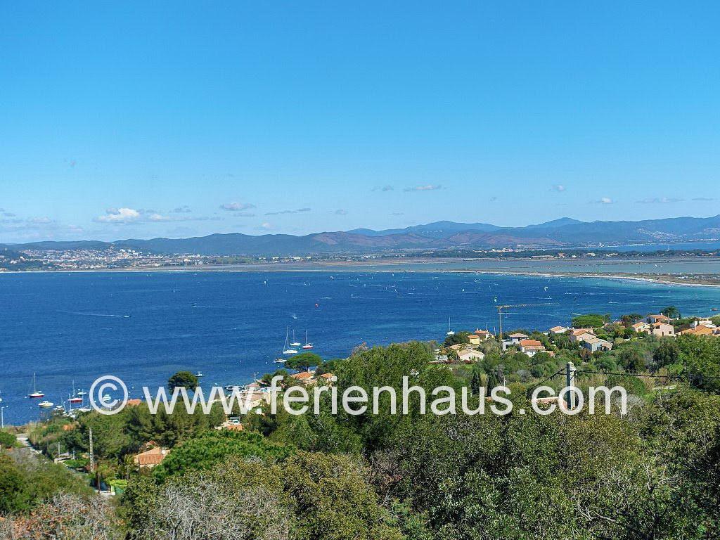 Blick auf den Strand l'Almanarre und Hyeres in Südfrankreich