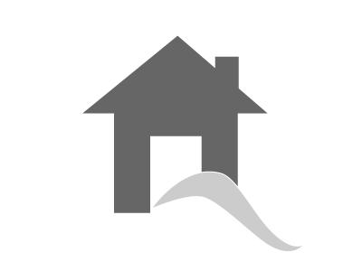 Schlafzimmer mit Bad und Zugang über den Balkon zum Swimmingpool der Villa