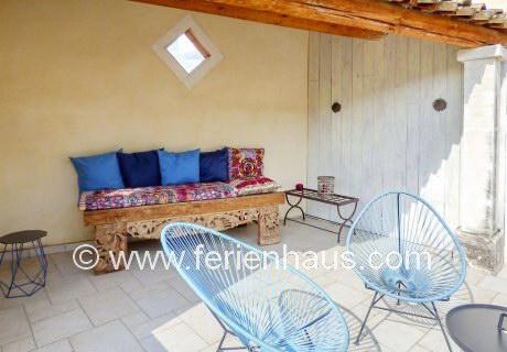 auf der Terrasse beim Master-Schlafzimmer des Ferienhauses mit Pool in der Provence