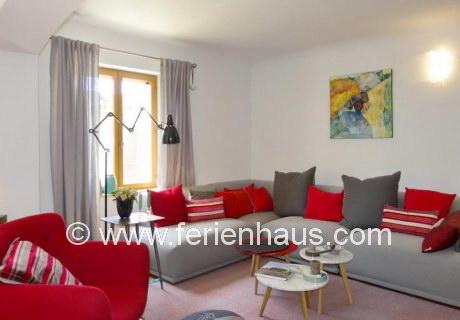 Wohnbereich im Ferienhaus mit Pool in Robion in der Provence