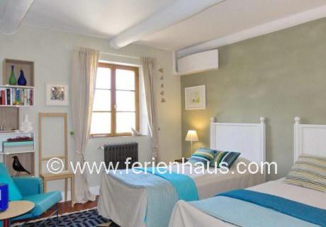 Schlafzimmer mit zwei Einzelbetten im Ferienhaus in Robion