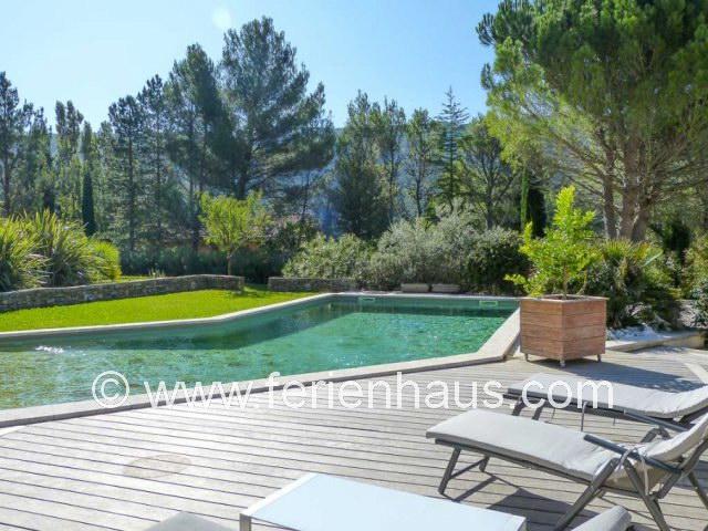 Wunderschöner Poolbereich am Ferienhaus in Vauvenargues bei Aix-en-Provence